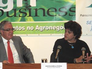 Ministra do Meio Ambiente, Izabella Teixeira, no 12º Congresso de Agribusines, no Rio de Janeiro (Foto: Bernardo Tabak/G1)