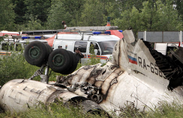 Destroços do avião são vistos na manhã desta terça-feira (21) (Foto: AP)
