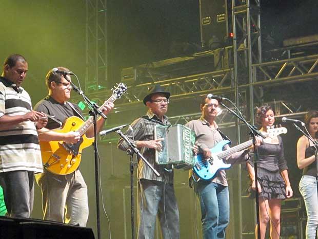 Zé Calixto toca forró tradicional antes de Calypso subir ao palco do Parque do Povo (Foto: Daniel Buarque / G1)