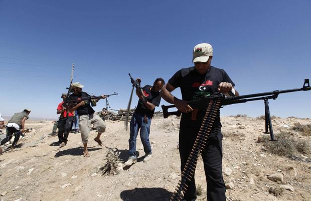 Rebeldes líbios durante confronto na cidade de Kikla nesta terça-feira (21) (Foto: AP)