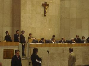 Carlos Apolinário (à esq) durante sessão nesta quarta (Foto: Roney Domingos)