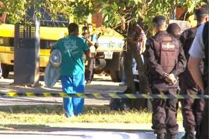 Homem usava facão para intimidar policiais (Foto: Reprodução/TV Globo)