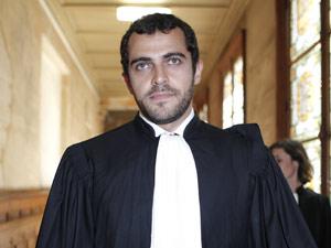 O advogado de Galliano, Aurelien Hamelle, chega ao tribunal de Paris em que o estilista será julgado (Foto: AP)