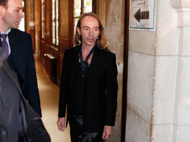 John Galliano chega a tribunal em Paris  (Foto: Thibault Camus/AP)