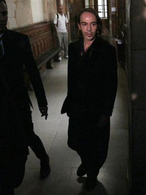O estilista John Galliano fotografado na chegada ao tribunal em Paris nesta quarta-feira (22).  (Foto: AFP)