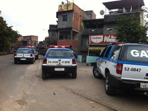 Policiais próximos à entrada da Favela Parque Alegria (Foto: Lílian Quaino/G1)
