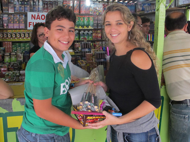 Bombeira Patrícia Renata e seu filho Vinícius compram fogos em mercado de Caruaru (Foto: Daniel Buarque/G1)