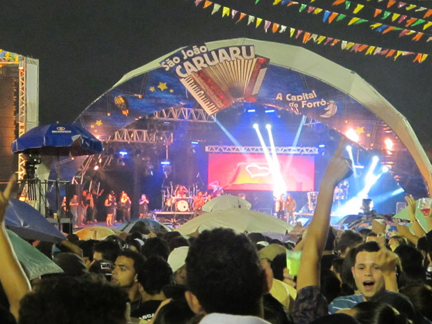de longe do palco do Pátio do Forró de Caruaru na noite desta quinta-feira (23), véspera de São João (Foto: Daniel Buarque/G1)