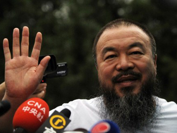 O artista chinês Ai Weiwei, libertado na quarta-feira (22) após três meses preso. (Foto: Peter Parks / AFP Photo)
