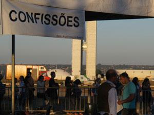 Na tenda de confissões, 40 padres atenderam mais de 2 mil fiéis. (Foto: Marcelo Parreira / G1)