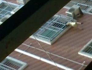 Cena foi filmada por um passante usando a cãmera de um telefone celular (Foto: Reprodução / BBC)