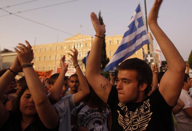 Manifestantes protestam contra medidas de austeridade econômica e corrupção na praça Syntagma, em frente ao prédio do Parlamento, em Atenas, nesta quinta-feira (23) (Foto: John Kolesidis/Reuters)