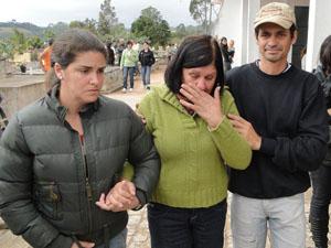 Mãe de vítima de acidente em Entre Rios de Minas. (Foto: Pedro Triginelli/G1 MG)