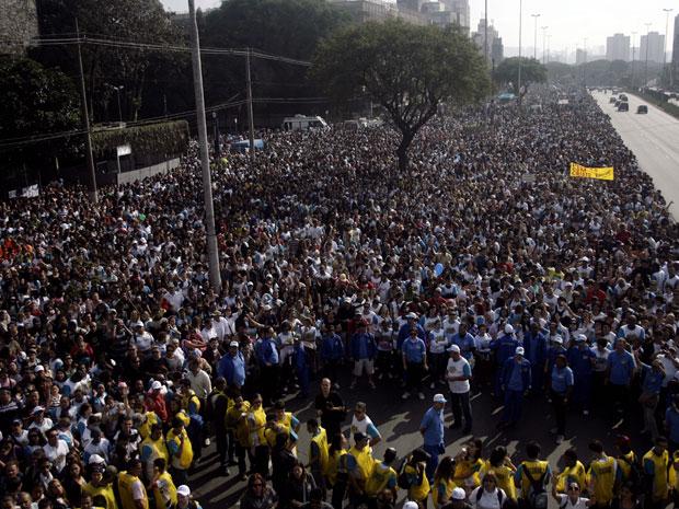 Milhares de fiéis na concentração da Marcha para Jesus (Foto: Monica Alves/AE)