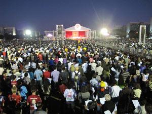 Cerca de 20 mil fiéis assistiram à missa de Corpus Christi na Esplanada dos Ministérios, em Brasília. (Foto: Marcelo Parreira / G1)