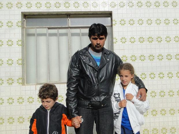 Lavrador com os filhos Jéssica de Fátima, 13 anos, e Denilson Pedro, 5 anos, que sobreviveram ao acidente. (Foto: Pedro Triginelli/G1 MG)