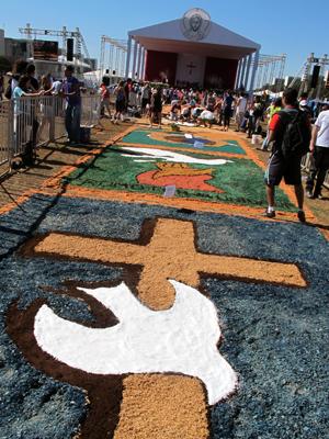 Tapete de tapete de Corpus Christi montado na Esplanda dos Ministérios tem cerca de 120 metros (Foto: Jamila Tavares/G1)