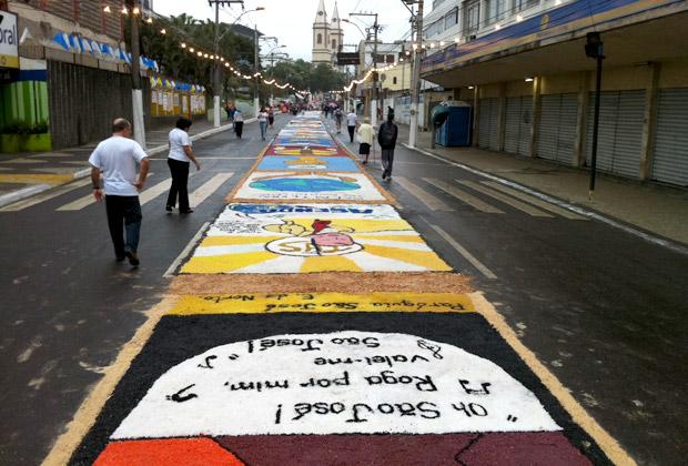 Tradicional tapete de sal tomou cerca de 2 km da principal via de São Gonçalo (Foto: Rodrigo Vianna / G1)