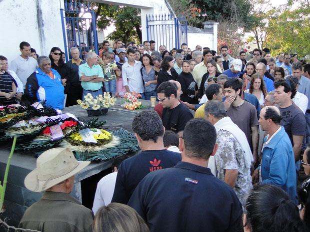 Corpo do motorista morto em acidente entre trem e ônibus escolar é enterrado (Foto: Pedro Triginelli/G1)