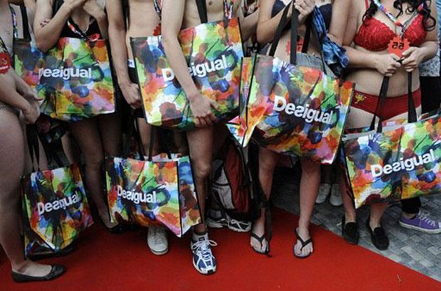 """Tchecos aproveitam a promoção da marca """"Desigual"""", que prometeu dar duas peças de roupa para as primeiras 200 pessoas que fossem à loja usando apenas a roupa de baixo. Na semana anterior, a mesma promoção já havia ocorrido na Inglaterra (Foto: Michael Cizek/AFP)"""