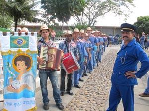O agricultor Lourinaldo Vila Nova (à direita), líder de um desses 'esquadrões' bacamarteiros (Foto: Daniel Buarque/G1)
