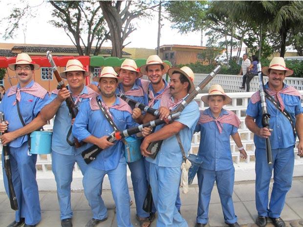 Grupo de bacamarteiros durante encontro de São João em Caruaru (Foto: Daniel Buarque/G1)