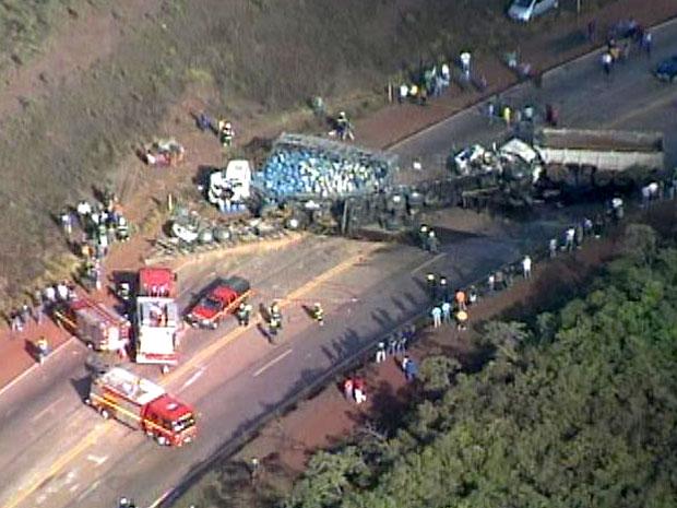 Acidente envolvendo carretas deixa um morto na BR-040, em MG (Foto: Reprodução / TV Globo)