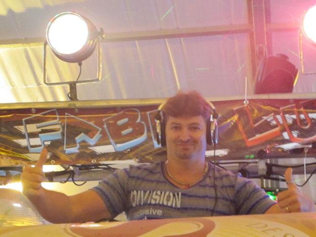 O DJ Fabio Luck, responsável por animar os intervalos dos shows no Pátio do Forró de Caruaru. (Foto: Daniel Buarque / G1)