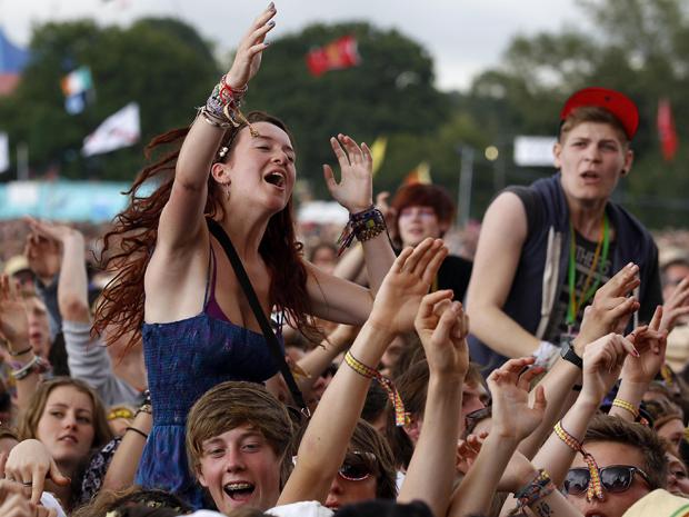 Público aguarda o início do festival Glastonbury nesta sexta-feira (24).  (Foto: Reuters)