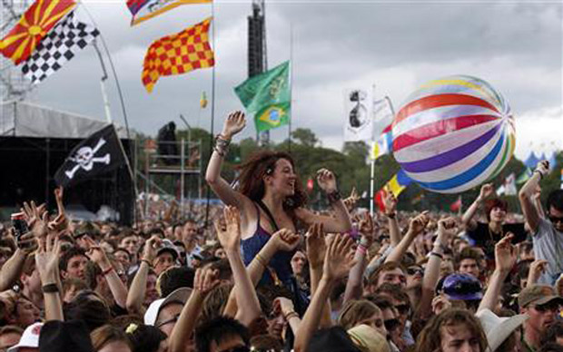 Fãs de todas as nacionalidades - inclusive brasileiros - assistem a shows no festival de Glastonbury na tarde desta sexta-feira (24) (Foto: Reuters)