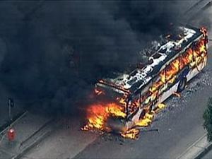 Ônibus pega fogo durante onda de ataques no ano passado (Foto: Reprodução / TV Globo)