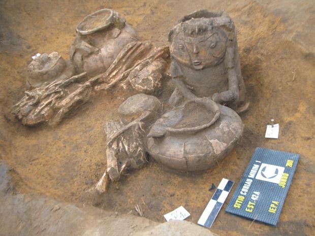 Urnas são expostas no Amapá. A maior delas representa um homem e continha ossos de um humano do mesmo sexo. (Foto: João Saldanha / arquivo pessoal)