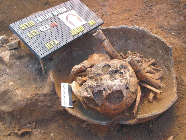 Crânio é visto em detalhe dentro de vestígio arqueológico encontrado no Amapá por pesquisadores do IEPA. (Foto: João Saldanha / arquivo pessoal)