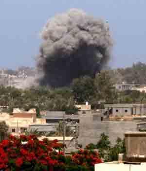 Fumaça é vista sobre Tajura, subúrbio de Trípoli, após três explosões serem ouvidas na região  (Foto: AFP)