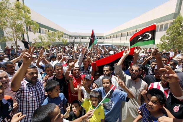 Fãs esperam a chegada na cidade de Zintan dos jogadores de futebol líbios que declararam apoio aos rebeldes no país (Foto: Anis Mili/Reuters)