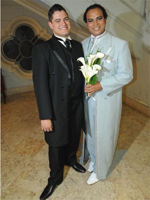 Roberto e Alexander posam para fotos antes do matrimônio (Foto: Flavio Moraes/G1)