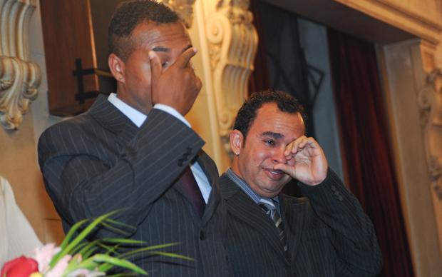 """Ao ouvir a canção """"Over the rainbow"""", os noivos Edvaldo e Fernando não contém a emoção e vão às lágrimas durante o casamento.  (Foto: Flávio Moraes/G1)"""