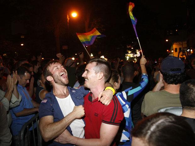 População comemora em Nova York a aprovação do casamento gay pelo Senado na noite desta sexta-feira (24). (Foto: Jessica Rinaldi/Reuters)