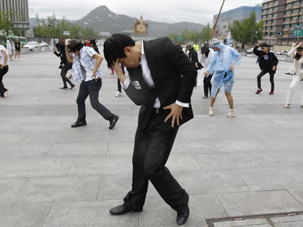 Fãs sul-coreanos de Michael Jackson dançam durante um evento de flash mob lembrando os dois anos da morte do ídolo, em Gwanghwamoon Square no centro de Seul (Foto: Reuters/Jo Yong-Hak )