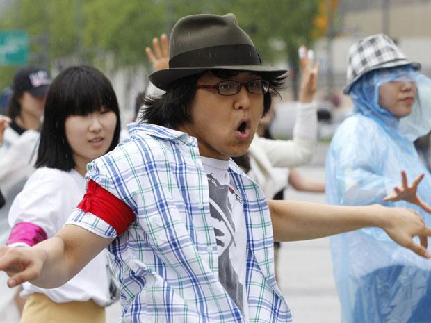 Neste sábado (25) faz dois anos que o ídolo Michael Jackson morreu; fãs sul-coreanos aproveitaram a data para fazer uma homenagem, em Seul (Foto: Reuters/Jo Yong-Hak)