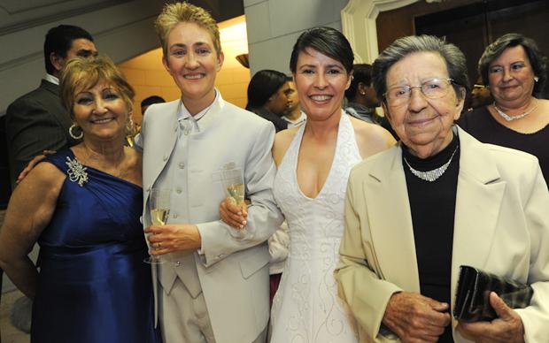 As recém-casadas Luciana e Paula comemoram a união com suas mães, Maria Aparecida e Margarida.   (Foto: Flávio Moraes/G1)