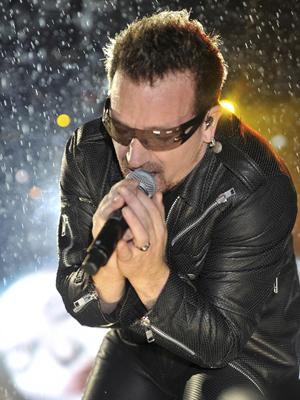 Bono durante a apresentação do U2 no festival Glastonbury (Foto: AP)