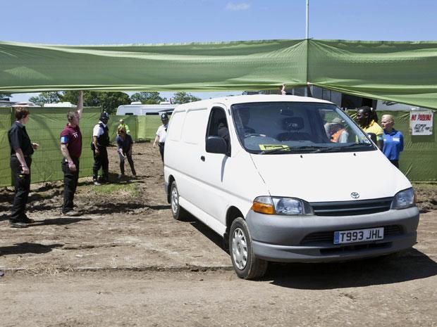 Ambulância chega à área VIP do festival de Glastonbury na manhã deste domingo (26) (Foto: AP)