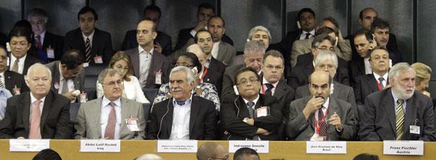 Os candidatos que disputaram o cargo na FAO, da esquerda para a direita: Miguel Ángel Moratinos Cuyaubé (Espanha), Abdul Latif Rashid (Iraque), Mohammad Saeid Noori Naeini (Irã), Indroyono Soesilo (Indonésia), José Graziano da Silva (Brasil) e Franz Fischler (Áustria) (Foto: AP)