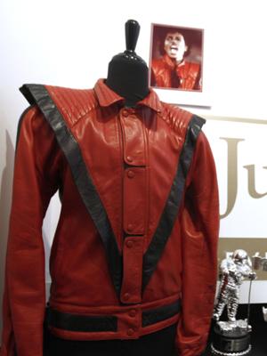 O casaco de Michael Jackson, vendido por US$ 1,8 milhões neste domingo (26). (Foto: AP)
