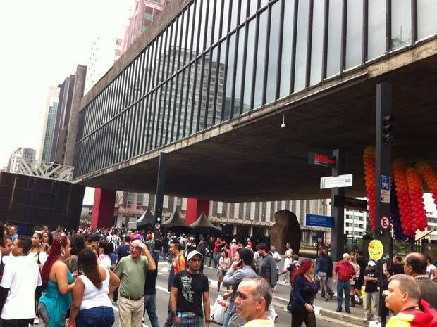 A Avenida Paulista começou a ser tomada, por volta das 11h deste domingo (26) pelo público que vai participar da 15 ª Parada do Orgulho LGBT (lésbicas, gays, bissexuais e transexuais) de São Paulo. As pistas da avenida foram fechadas por volta das 10h e os 16 trios elétricos começaram a se posicionar. O início da caminhada, que terminará no Centro, está marcada para as 12h no Vão Livre do Masp (Foto: Leticia Macedo/G1)