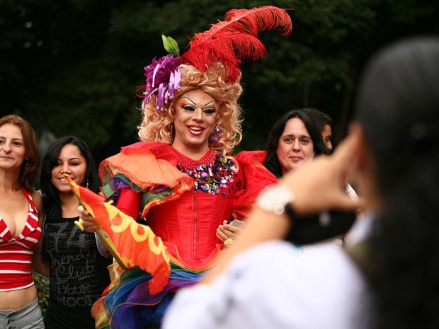 Aos poucos, a Paulista começou a ser tomada pelas fantasias coloridas. Quando a música começou, às 11h20, o público vibrou com gritos e danças (Foto: Daigo Oliva/G1)