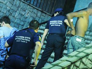 Suspeitos de furto são conduzidos por policiais (Foto: Raul Zito/G1)