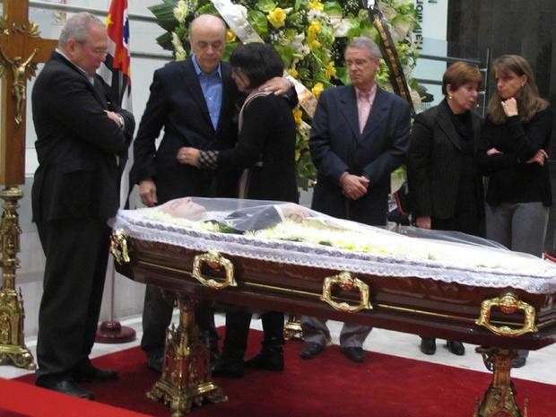 Ex-governador de São Paulo José Serra cumprimenta família do ex-ministro Paulo Renato Souza (Foto: Darlan Alvarenga/G1)