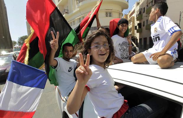 Líbios celebram nesta segunda-feira (27) em Benghazi a ordem de prisão contra Kadhafi (Foto: AP)